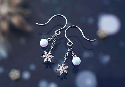クリスマスにぴったりな神秘的な雪の結晶のアクセサリー